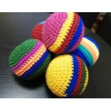 Полосатый вязаный мячик
